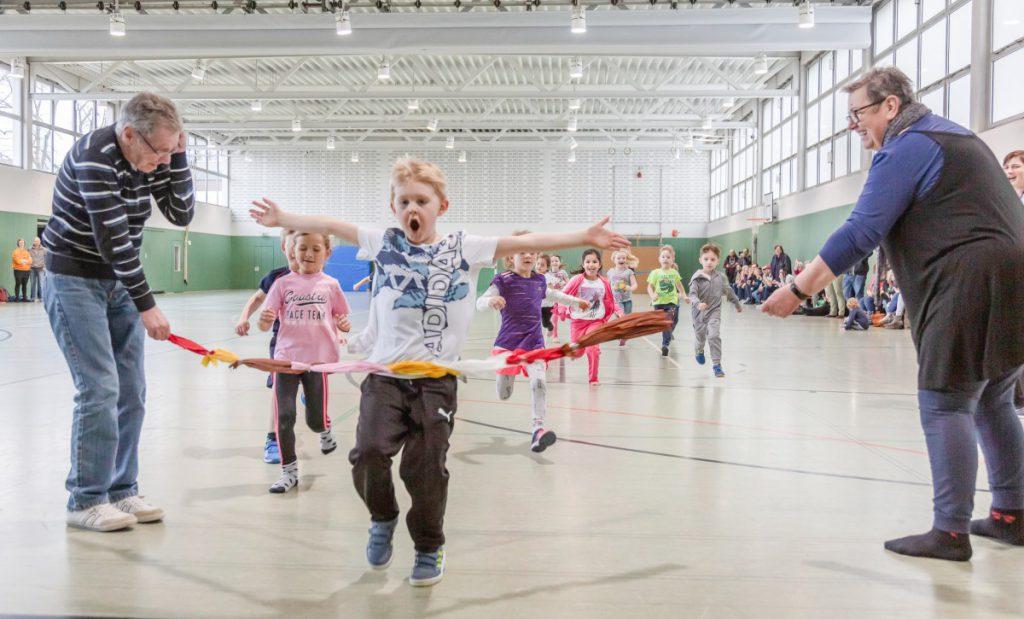 Die Kinder des Familienzentrums Löwenzahn trafen sich heute zum großen Wettlaufen in der Turnhalle der Dudenrothschule. (Foto: P. Gräber - Emscherblog)