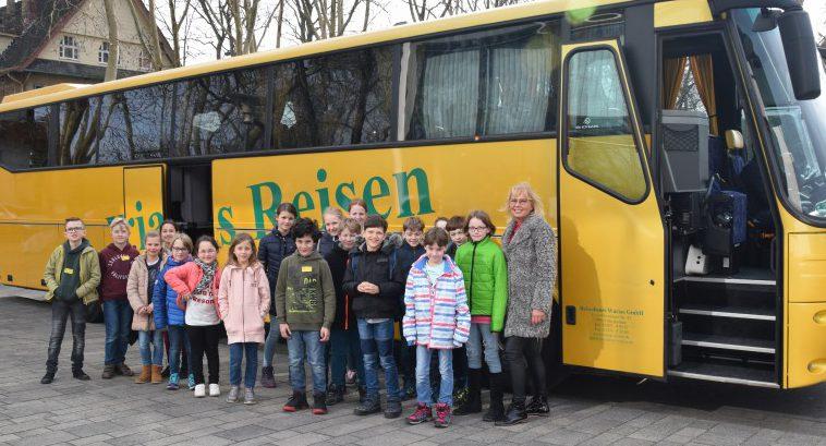 Die Kinder vor dem Bus bei der Abfahrt am Kreishaus. Foto: Max Rolke – Kreis Unna)