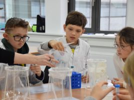 Bei ihrem Besuch in der Hochschule Hamm-Lippstadt konnten die Kinder der Kinder-Uni mit ihrer eigenen DNA experimentieren. (Foto: Max Rolcke - Kreis Unna)