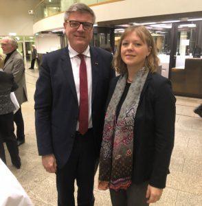 Generalkonsulin Dr. Berkeley-Christmann mit Jochen Hake im Düsseldorfer Landtag - im November 2018 aus Anlass der Gedenkveranstaltung zum 100. Jahrestages des Endes des 1. Weltkriegs) (Foto: privat)
