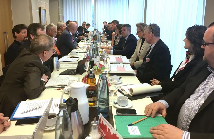 Kreiskammerer Mike-Sebastian Janke (vorletzer, linke Seite) diskutierte in der Kämmererkonferenz mit über Schuldenabbau und Finanzgerechtigkeit. (Foto: Nicole Borninghoff)