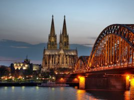 Die Gemeinde lädt zu einer Fahrt in die Domstadt Köln im März ein: Der Kölner Dom und die Hohenzollernbrücke in der Abendämmerung. (Foto: Raimond Spekking / CC BY-SA 4.0 via Wikimedia Commons)