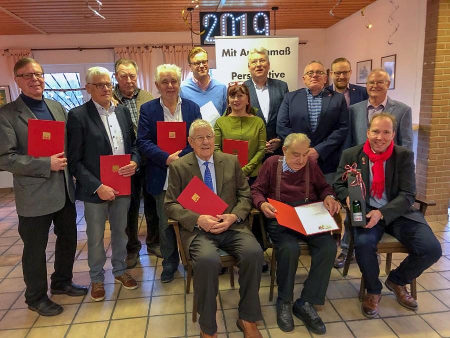 Die vom Ortsvereisnvorsitzenden Theo Rieke und dem SPD-Landtagsabeordneten Hartmut Ganzke geehrten langjährigen Mitglieder SPD stellen sich mit  einigen Fraktions- und Vorstandsmitgliedern zum Gruppenfoto. (Foto: privat)
