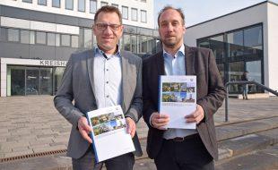 Martin Oschinski (Leiter der Geschäftsstelle des Gutachterausschusses für Grundstückswerte, l.) und Jochen Marienfeld (Vorsitzender der Geschäftsstelle des Gutachterausschusses für Grundstückswerte, r.) stellen den Grundstücksmarktbericht vor. (Foto: Max Rolke – Kreis Unna)