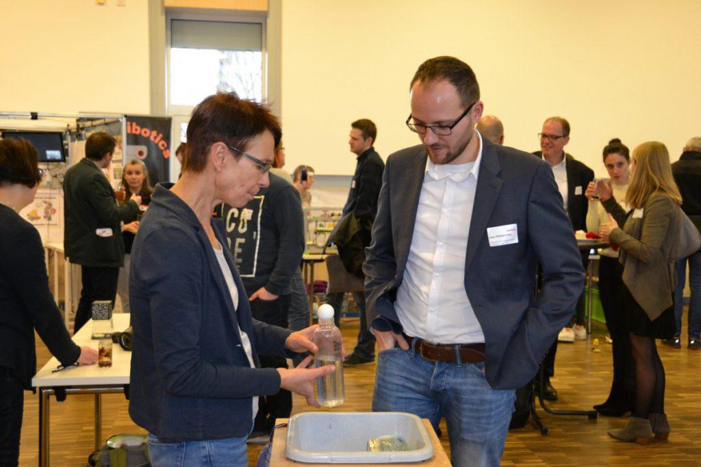 Bei der Ausstellung der Netzwerkpartner waren die Besucher auch selbst gefragt. (Foto: zdi-Netzwerk)