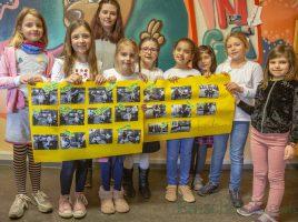 Stolz präsentieren die Kinder der OGS der Aloysiusschule die Ergebnisse des von Saskia Matzker (3.v.l.) geleiteten Foto-Projektes. (Foto: P. Gräber - Emscherblog)