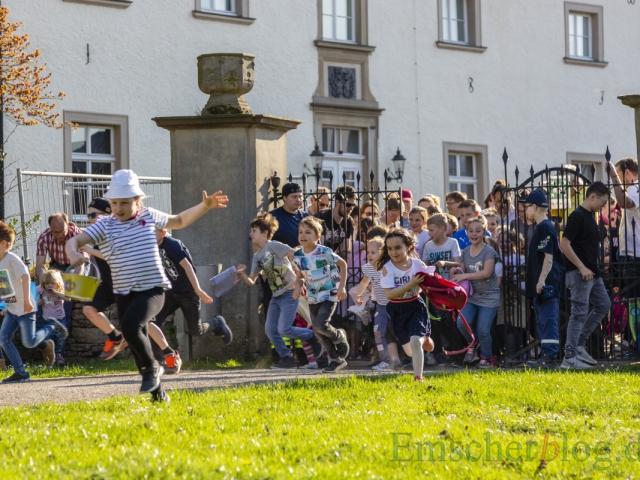 Der große Run auf die Ostereier: Als sich um 18 Uhr die Tore zum Park am Haus Opherdicke öffnen, sind die Kinder nicht mehr zu halten. (Foto: P. Gräber - Emscherblog)
