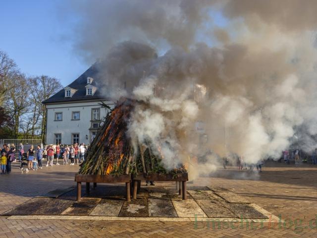 Bevor so ein Osterfeuer ordentlich brennt, lässt es erahnen, warum Umweltschützer solche Brauchtumsfeuer nicht mögen.(Foto: P. Gräber - Emscherblog)