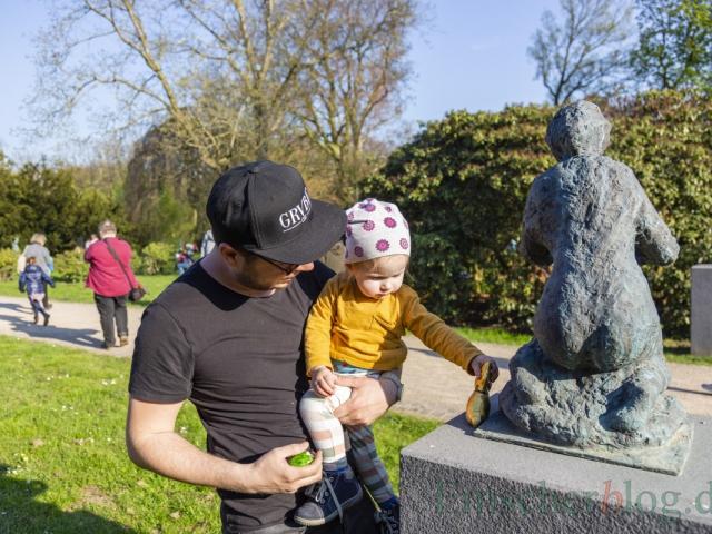 Die kleine Emilia kann's kaum glauben: Auch auf einer Statue im Park hat der Osterhase einen Schokohasen versteckt. (Foto: P. Gräber - Emscherblog)
