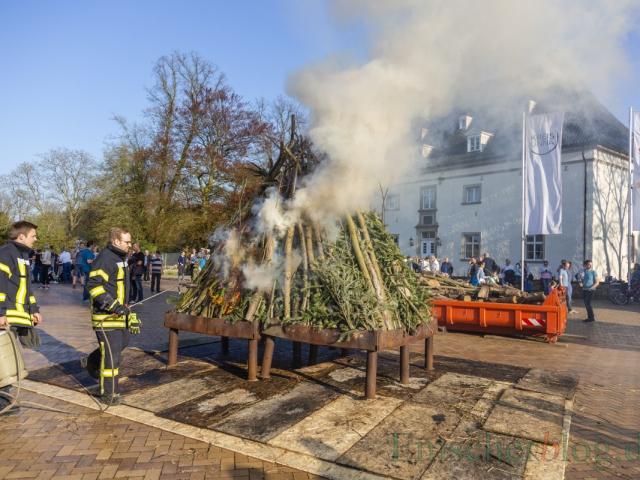 Pünktlich um 18.30 Uhr entzündet die Feuerwehr Opherdicke das Osterfeuer vor Haus Opherdicke. (Foto: P. Gräber - Emscherblog)