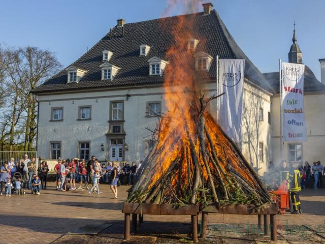 Zum Schutz des Pflasters auf dem Hof wird das Osterfeuer in großen Feuerschalen entzündet. Der Stimmung tut's kein Abbruch. (Foto: P. Gräber - Emscherblog)
