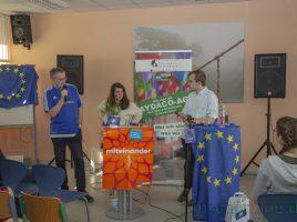 """Eileen O' Sulivan und Felix Hake, hier mit Lehrer Gebhard Brömmel (l.) gaben heute auf Einladung der Aydaco AG Antworten zur Frage """"Was geht mich Europa an?"""". (Foto: P. Gräber - Emscherblog)"""