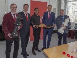 Freuen sich auf das 47. Sparkassen Chess-Meeting in Dortmund, v.l.: Gerd Kolbe , Stefan Koth (Turnierdirektor), Bürgermeisterin Birgit Jörder, Uwe Samulewicz (Sparkassen-Chef) und Klaus Deventer (Dt. Schachbund). (Foto: P. Gräber - Emscherblog)