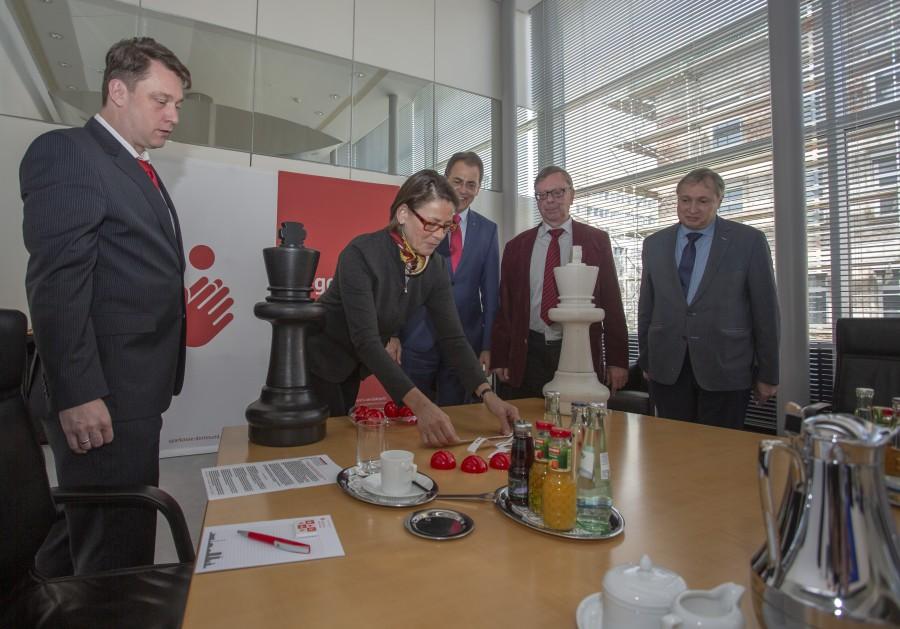 Auch das 47. Sparkassen Chess-Meeting in Dortmund ist wieder hochkarätig besetzt: Dortmunds Bürgermeisterin Birgit Jörder (2.v.l.) bei der Auslosung der Paarungen am Gründonnerstag. (Foto: P. Gräber - Emscherblog)