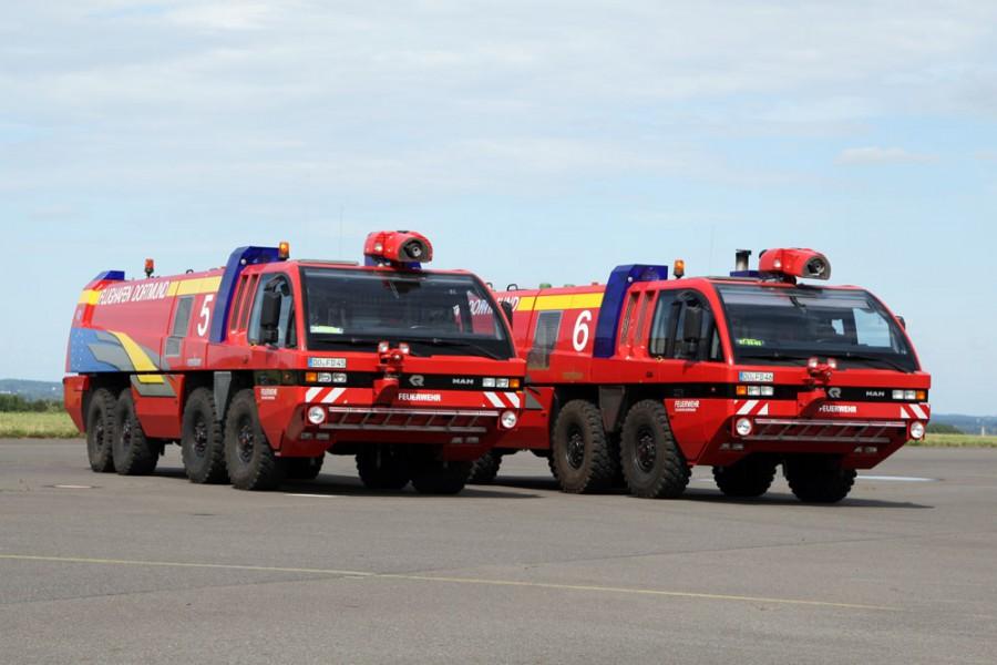 Die modernen Löschfahrzeuge Panther 8x8 gehören zur Ausstattung der Flughafen-Feuerwehr.  Sie verfügen über eine Motorleistung von 1.000 PS (Höchstgeschwindigkeit 120 km/h), 13.500l Wasser, 1.500l Schaummittel und 2 x 250 kg BC-Pulver. (Foto: Airport Dortmund)
