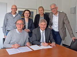 Gerd Steiner (vorne links) und Landrat Makiolla unterschrieben im Beisein von Vertretern des Vereins und der Verwaltung die Vereinbarung zwischen Kinderschutzbund und Kreis. (Foto: Fabiana Regino - Kreis Unna)