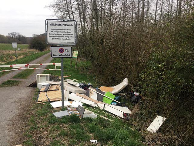 Diese illegale Müllkippe am Eingang des Truppenübungsplatzes in Hengsen musste die Gemeinde entsorgen. Gegen den mutmaßlichen Verursacher ist ein Bußgeldverfahren eingeleitet worden. (Foto: Sophie Leistner).