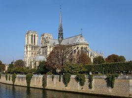 Ansicht der Kathedrale Notre-Dame de Parios vpn Südosten. (Foto: Uoaei1 Wikipedia by CC BY-SA 4.0)