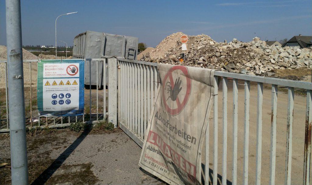 Auf dem ehemaligen Kasernengelände sind inzwischen alle Gebäude abrissen und türmen sich die Haufen mit Abbruchmaterial. (Foto: P. Gräber - Emscherblog)