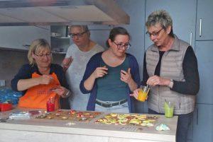 Osterbäcker des Bürgerblocks stechen rund 400 Plätzchen aus