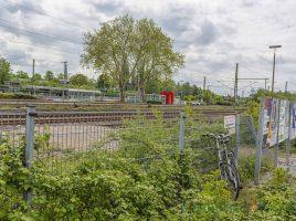 Die Verwaltung lässt ein Konzept zur Umgestaltung des Bahnhofsumfeldes erarbeiten: In diesem Bereich soll der Durchstich aus Richtung Stehfenstraße zu einer neuen P+R-Anlage im südlichen Bereich des Bahnhofes erfolgen. (Foto: P. Gräber - Emscherblog)
