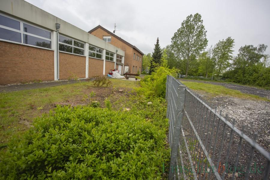 Der Erweitungsbau des Feuerwehrgerätehauses an der Bahnhofstraße verzögert sich: Auf der Fläche rechts muss zunächst noch der Boden ausgetauscht werden. (Foto: P. Gräber - Emscherblog)