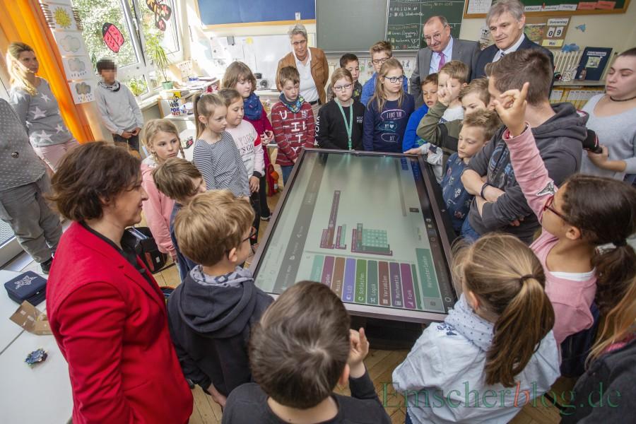 Im Rahmen des Medienentwicklungsplanes 2020 wurden für insgesamt 425.000 Euro  über 500 I-Pads und 20 große Displays für die Schulen angeschafft: Die Displays, hier in der Dudenrothschule, sollen die Kreidetafeln in den Schulen ersetzen. (Foto: P. Gräber - Emscherblog)