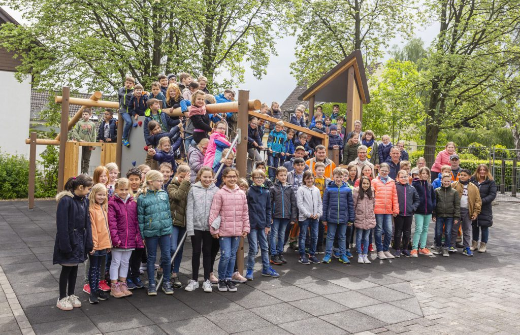 Darauf haben die Kinder der Dudenrothschule lange warten müssen: Heute durften sie ihr neues Spielgerät auf dem nördlichen Schulhof im Beisein der Bürgermeisterin übernehmen. (Foto: P. auf Gräber - Emscherblog)
