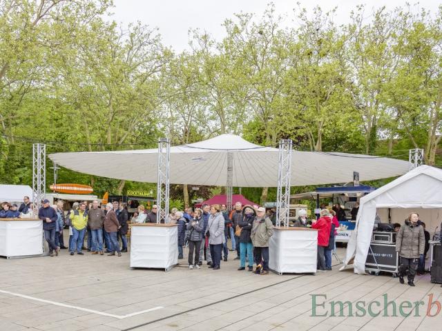 Auf der Marktplatz war wieder der große Schirm aufgestellt, der allerdings nicht gegen den empfindlich kalten Wind schützte. (Foto: P. Gräber - Emscherblog)