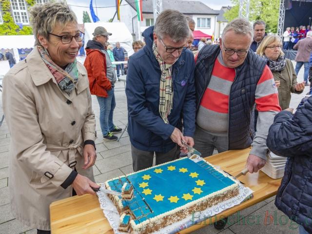 Bürgermeisterin Ulrike Drossel, Freundeskreis-Vorsitzender Jochen Hake und Fachausschussvorsitzender Michael Klimziak schneiden gemeinsam die Europa-Torte an und verteilen sie. (Foto: P. Gräber - Emscherblog)