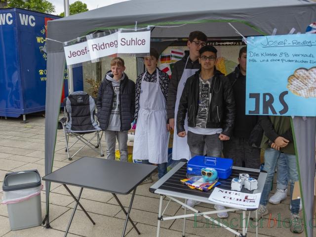 Schüler der 8a der Josef-Reding-Schule verkaufen an ihrem Stand Waffeln. (Foto: P. Gräber - Emscherblog)