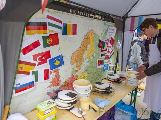 Die Fahnen am Stand der Hauptschule symbolisieren alle Heimatländer, aus denen die Schüler der Josef-Reding-Schule kommen. (Foto: P. Gräber - Emscherblog)
