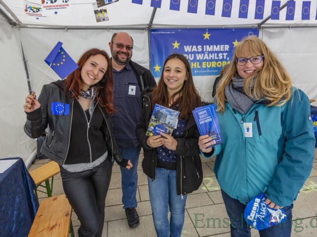 """Gute Laune und Informationen für Europa verbreiten diese jungen Damen mit dem Herrn im Hintergrund am """"europe direct""""-Stand der Auslandsgesellschaft Dortmund. (Foto: P. Gräber - Emscherblog)"""