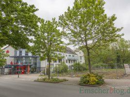 Die Baustelle auf dem Baugrundstück gegenüber der Sparkasse wird eingerichtet. Deshalb wird der Baumbestand Am Emscherpark und einer der beiden Bäume an der Hauptstraße vor der Brache in der nächsten Woche entfernt. (Foto: P. Gräber - Emscherblog)