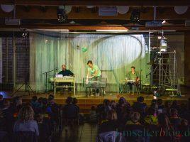 """Die Theatergruppe DOBOSO spielte heute auf Einladung der Innogy und Ruhrfestspiele das Stück """"Der kleine Wassermann"""" für Holzwickeder Kinder im Forum. (Foto: P. Gräber - Emscherblog)"""