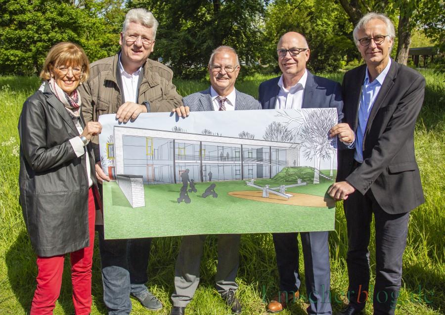 So soll die neue Kita aussehen, v.li: Monika Mölle (stv. Bürgermeisterin), Hartmut Ganzke (Vorsitzender AWO UB Kreis Unna) , Theo Rieke (UKBS-Aufsichtsratsvorsitzender), Matthias Fischer (UKBS Geschäftsführer) und Reiner Goepfert (AWO-Geschäftsführer). (Foto: P. Gräber - Emscherblog)