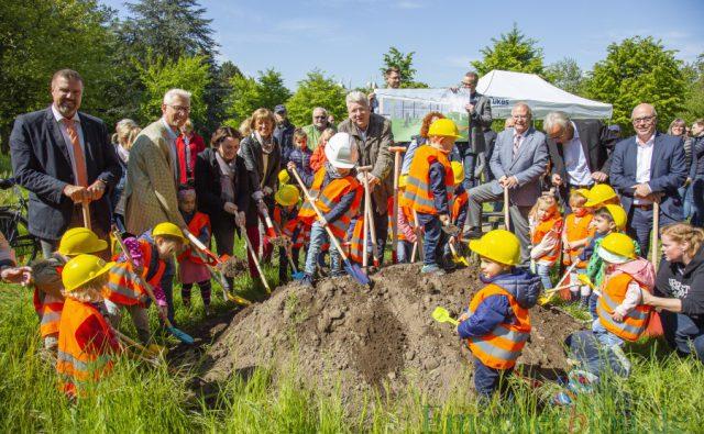 Mit tatkräftiger Unterstützung kleiner Bauarbeiter aus der Not-Kita an der Rausinger Halle vollzogen die Vertreter der UKBS, der AWO und der Gemeinde den ersten Spatenstich für die neue vierzügige Kindertagesstätte im Park. (Foto: P. Gräber - Emscherblog)