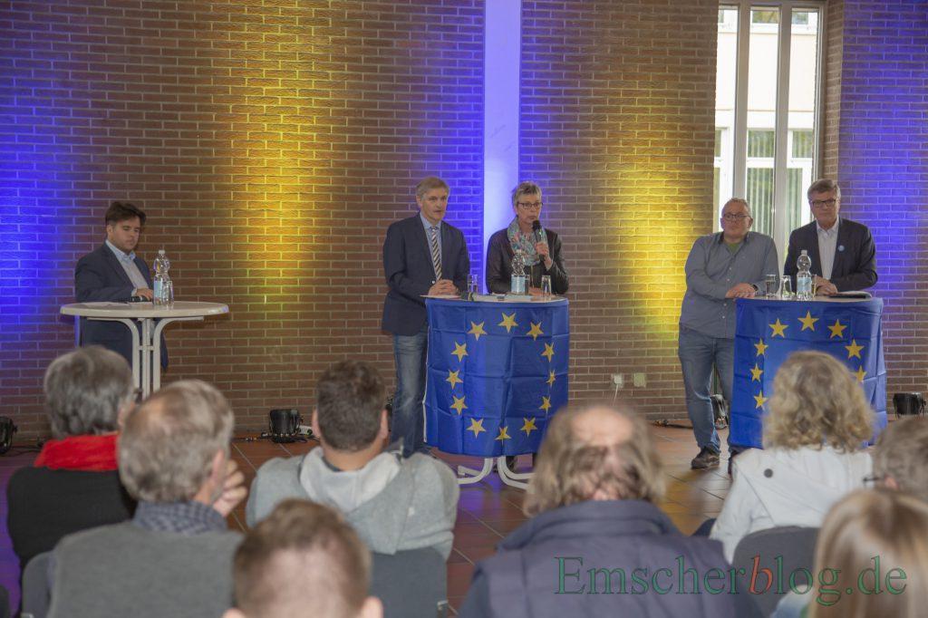 Sprachen auf Einladung des Ortsjugendrings über die Zukunft Europas, v.r.: Jochen Hake, Michael Klimziak, Ulrike Drossel und Michael Makiolla sowie Moderator Julian Koch. (Foto: P. Gräber - Emscherblog)