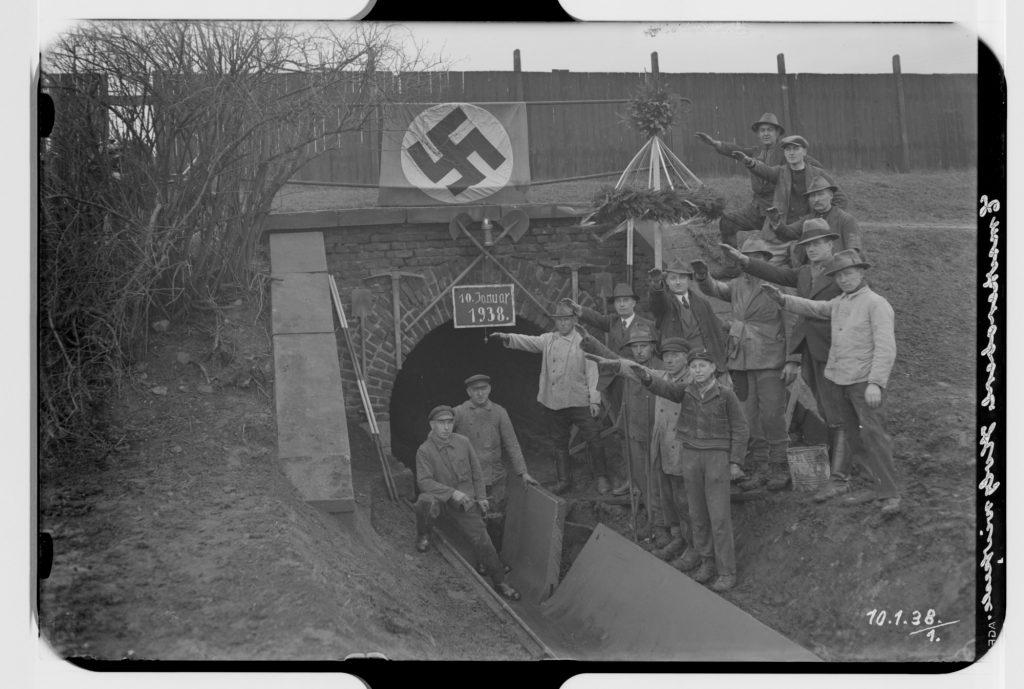 Auch diese Aufnahme fand sich im Archiv der Emschergenossenschaft: Das Bild wurden bei Bauarbeiten am Oberlauf der Emscher in Holzwickede aufgenommen. (Foto: EGLV)
