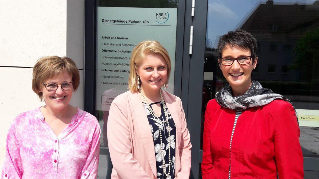 Die drei neuen Lehrerinnen für Holzwickede, Schwerte und Bergkamen vor dem Schulamt für den Kreis Unna. (Foto Max Rolke – Kreis Unna)