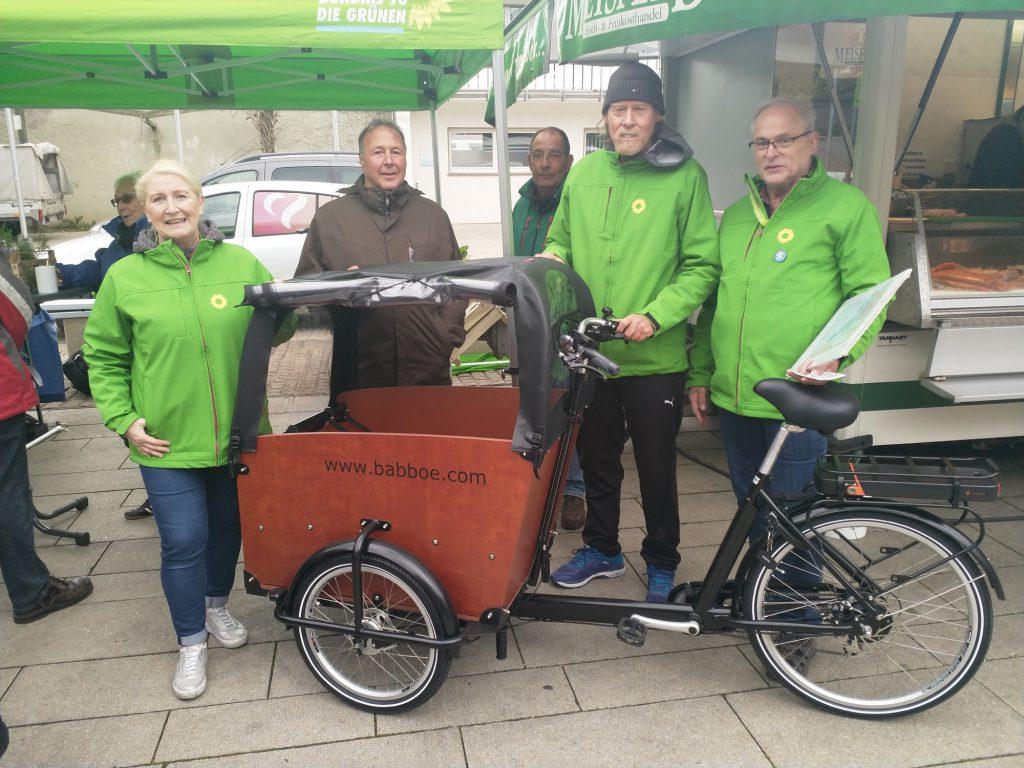 Der Ortsverband der Grünen stellt sein neues Lastenrad mit E-Motor -Service interessierten Holzwickedern drei Tage lang kostenlos zur Verfügung, v.li.: Susanne Werbinsky, Dieter Kwiatkowski , Gerd Rilling Friedhelm Klemp, Rolf Rehling . (Foto: P. Gräber - Emscherblog)