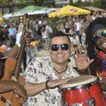 80 t feiner Sand verwandelt Marktplatz vier Tage lang in karibischen Strand