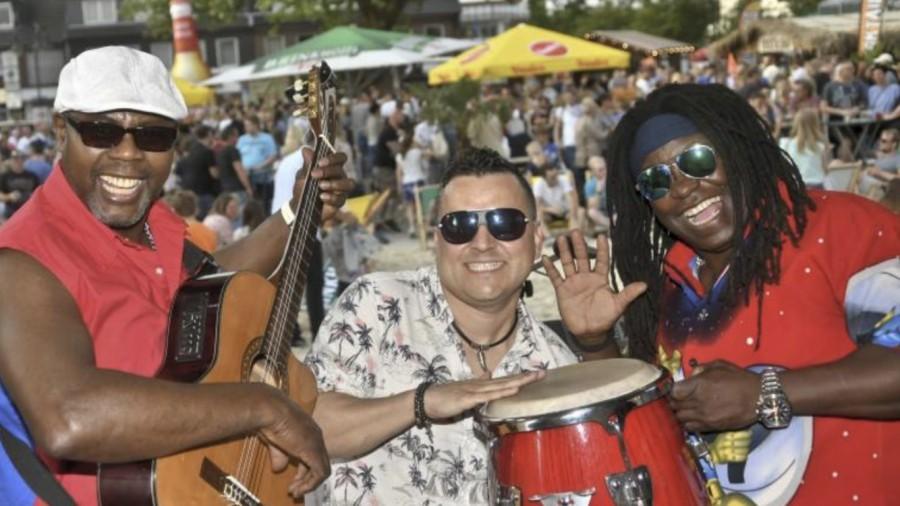"""Die Vollblutmusiker von """"Latino Total"""" sorgen am Donnerstag und Samstag für heiße karibische Rhythmen auf dem Marktplatz. (Foto: Beach Projekt)"""