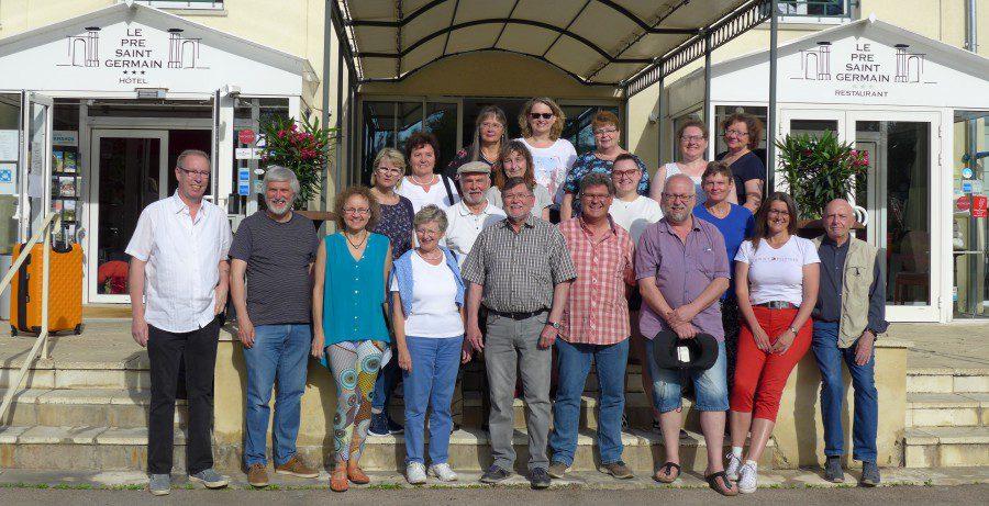 Gruppenfoto vor dem Hotel:  Der Konzertchor Cantabile bei seinem Besuch in der französischen Partnerstadt Louviers. (Foto: privat)
