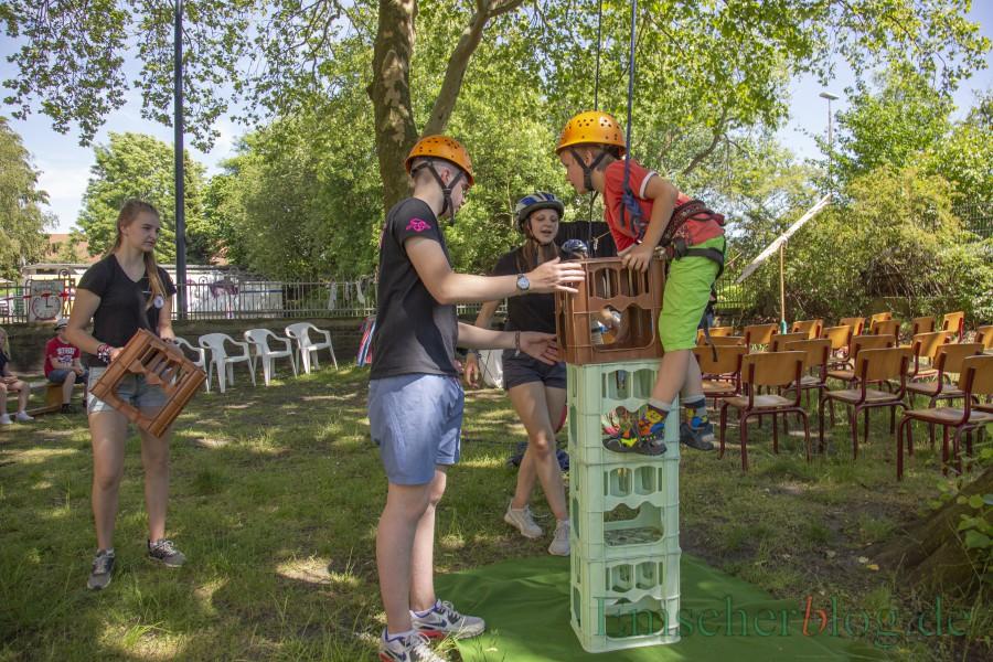 Beliebte Aktion beim Sommerfest der Villa: das Kistenklettern - natürlich richtig abgesichert durch die Helfer. (Foto: P. Gräber - Emscherblog).