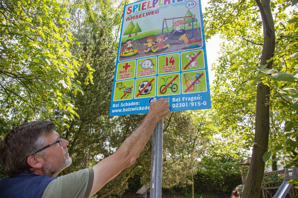 Einen offiziellen Spielplatz wünschen sich viele Eltern für ihre Kinder auch östlich der bestehenden TuS Elch-Tennisplätze: Prüfer Rainer Scharpenberg hinterlässt am Spielplatz Amselweg das TÜV-Prüfsiegel. (Foto: P. Gräber - Emscherblog)