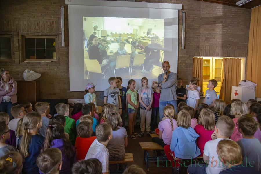 Die Siegerbeiträge der beiden erfolgreichen Schüler-Teams wurden heute auch allen Mitschülern vorgestellt. Im Pausenrazum wurde die erfolgreiche Nachrichtensendung gezeigt. (Foto: P. Gräber - Emscherblog)