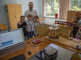 Stolze Sieger: Tino, Nico Jonas und ihr Coach Sascha Dolenec mit dem von ihnen programmierten vollautomatischen Bibliotheks-Roboter. Damit haben sie auch noch die Chance, am Weltfinale in Ungarn teilnehmen zu können. (Foto: (P. Gräber - Emscherblog)