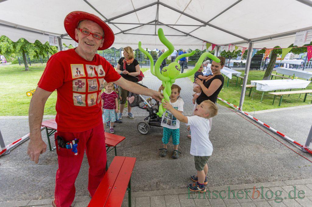 Bereits vor dem Eingang wurden die Kinder von Luftballonkünstler Wim Wolke empfangen. (Foto: P. Gräber - Emscherblog)