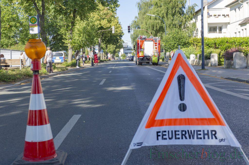 Für die Evakuierung und Unterbringung der Bahnreisenden in der Sammelstelle im Feuerwehrgerätehaus wurde die Bahnhofstraße vorübergehend voll gesperrt. (Foto: P. Gräber - Emscherblog)